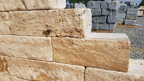 Mauersteine aus Granit und aus Travertin
